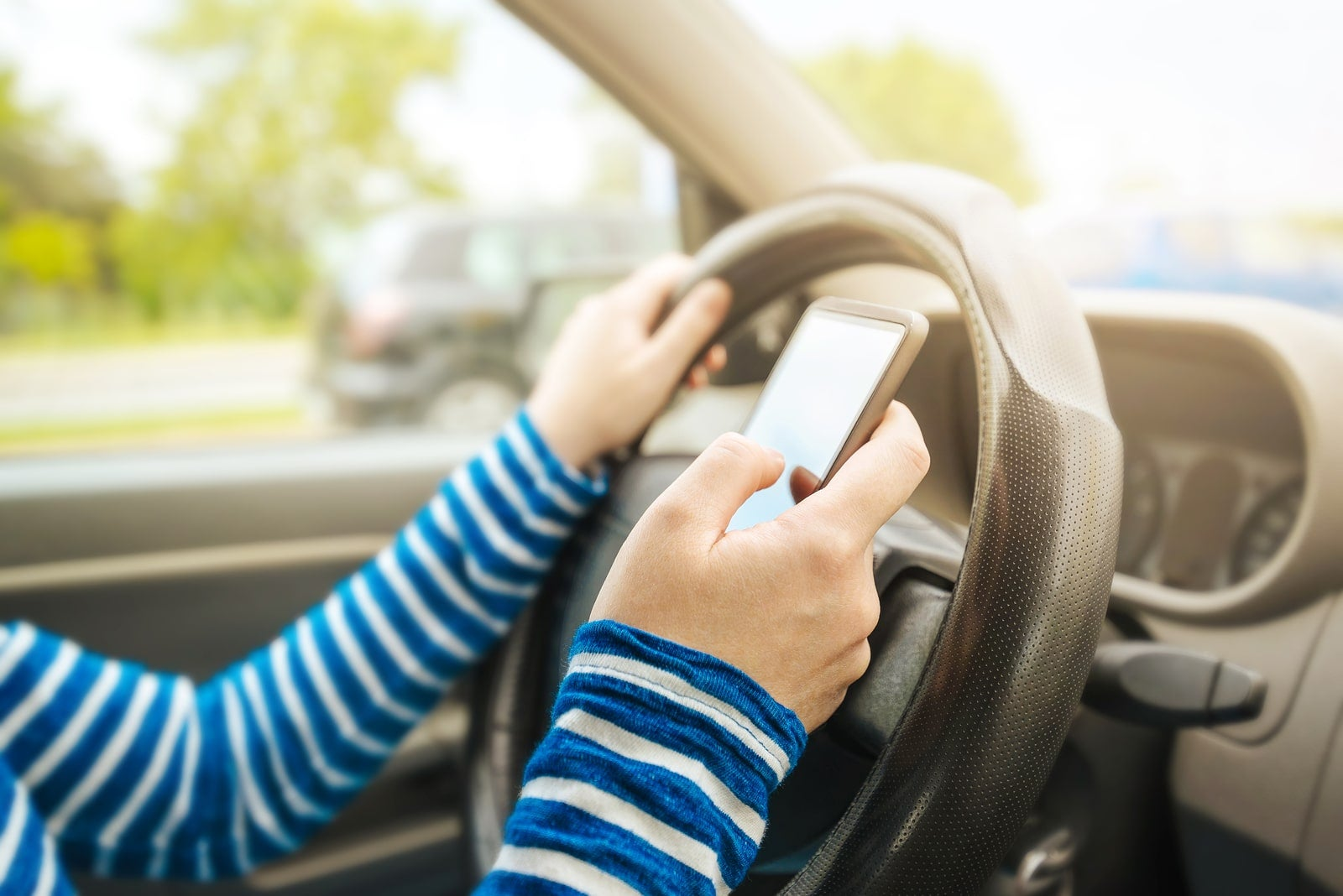 Distracted driving dangerously common near roadside emergencies, survey says